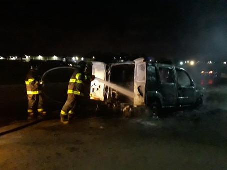 Ambulância pega fogo na BR-101, em Prazeres