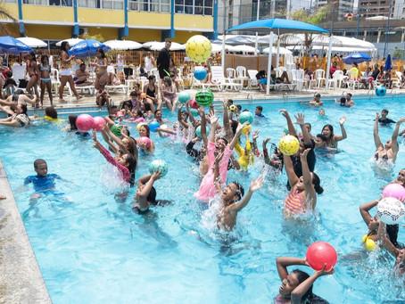 Brincadeiras, banho de piscina e atrações musicais no Sesc Piedade