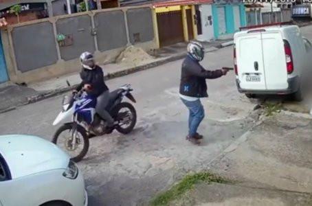 Homem é assassinado em frente a casa no Curado