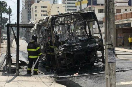 Ônibus pega fogo e fica destruído em Olinda