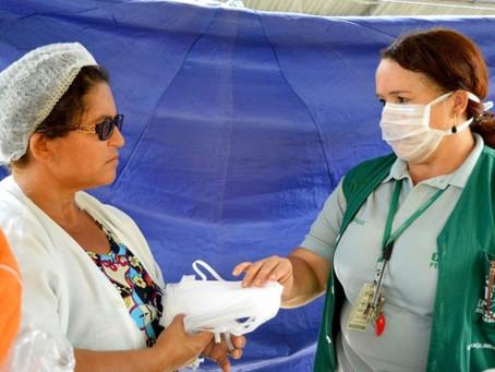 Comerciantes do Ceasa recebem máscaras e protetores faciais