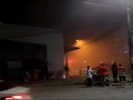 Incêndio destrói boxes no Mercado das Mangueiras