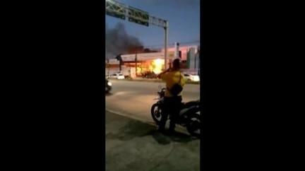 Incêndio atinge loja de materiais de construção na Estrada da Batalha