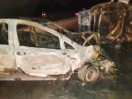 Dois carros colidem e pegam fogo na BR-232 em Jaboatão