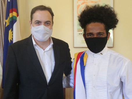 Paulo Câmara recebe ex-aluno da rede estadual aprovado em nove universidades nos EUA