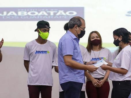 Jaboatão entrega certificados de conclusão de cursos do Projeto Jovem+
