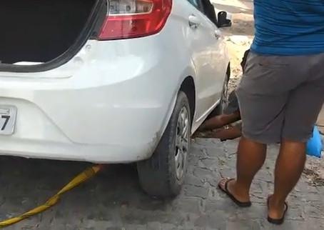 Carro cai em buraco aberto em rua em Cavaleiro, em Jaboatão