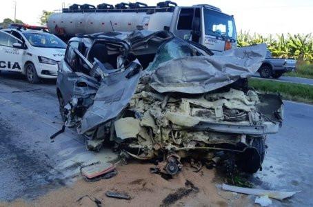 Mulher morre após carro colidir com caminhão em Jaboatão