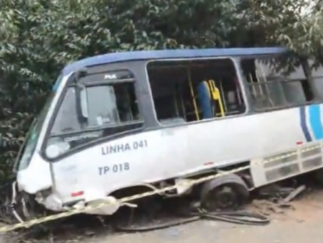 Acidente com micro-ônibus e carro deixa um morto e um ferido na Estrada da Muribeca