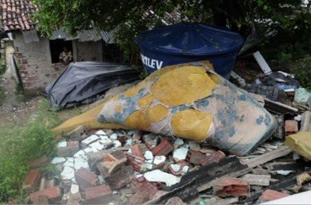Barreira desliza e derruba casa em Jaboatão