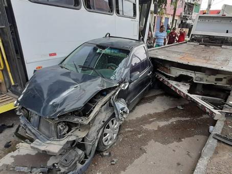 Ônibus atinge dois veículos e acidente deixa três feridos no Monte dos Guararapes