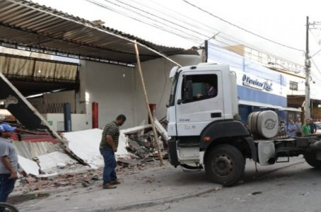 Motorista de caminhão perde controle e invade oficina mecânica em Jaboatão