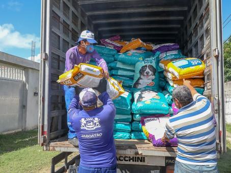 Ação entrega de 11 toneladas de ração a 100 abrigos de animais em Jaboatão
