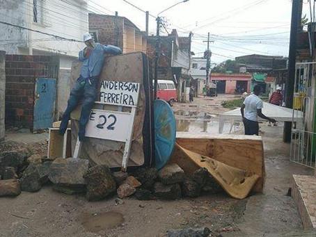 Moradores criam boneco do prefeito para denunciar rua em Cajueiro Seco