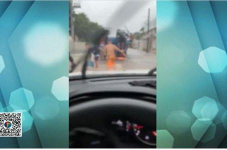 Grupo aproveita alagamento para saquear caminhão carregado de botijão de gás no Recife