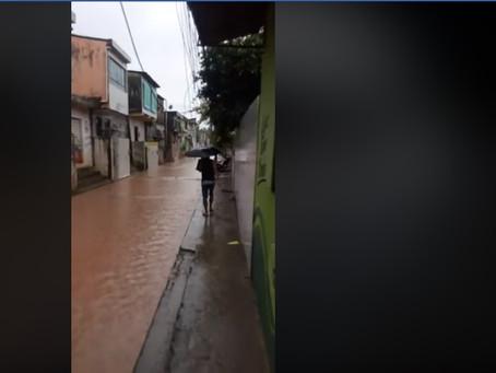 Fortes chuvas alagam vias na RMR