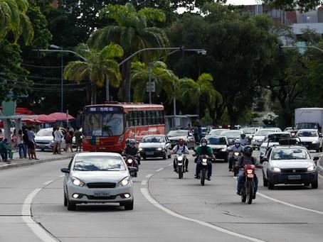 Primeiro dia após lockdown tem grande circulação de carros e pontos de aglomeração