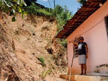 Ameaça de queda de barreira assusta moradores de Santo Aleixo
