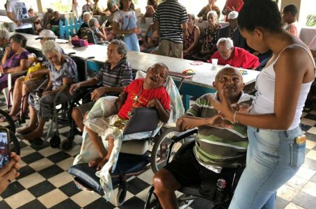"""Campanha """"adote um pai"""" homenageia idosos em Jaboatão"""