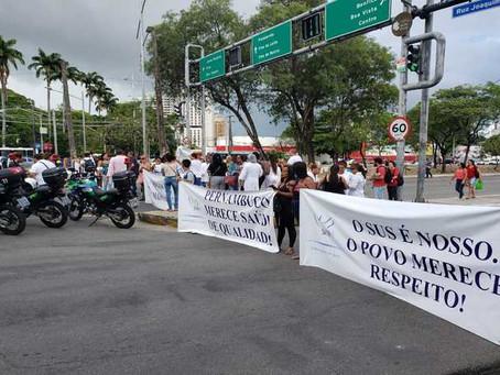 Trânsito na Agamenon Magalhães trava com protesto de profissionais da saúde