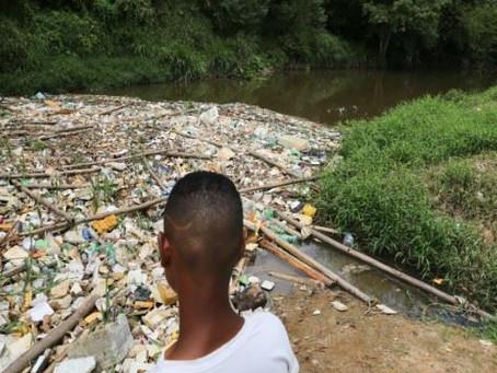 Acúmulo de lixo forma 'ponte' no rio Jaboatão