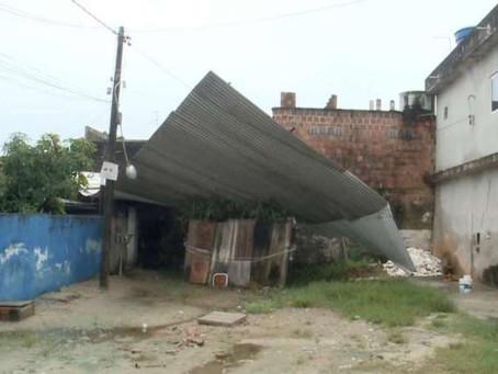 Telhado de alumínio voa e atinge três casas em Jaboatão