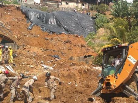 No Recife, deslizamento de barreira provoca cinco mortes