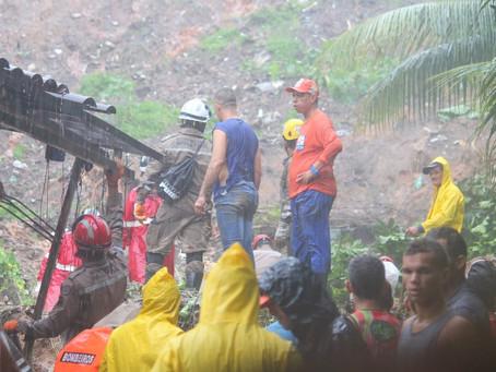 Buscas por família soterrada em Jaboatão continuam