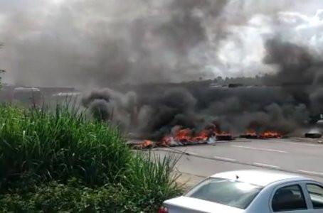 Após morte de mãe e filho atropelados por caminhão, população faz protesto na BR-101