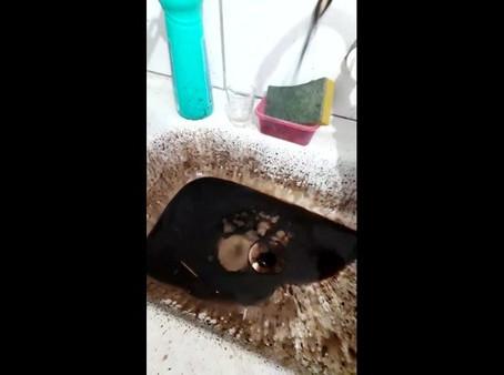 Em vez de água, líquido escuro e oleoso sai de torneiras de casas em Jaboatão