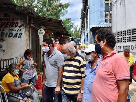 Daniel Alves e Ulisses Tenório visitam o Mercado das Mangueiras
