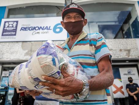 Jaboatão entrega cestas básicas a comerciantes da orla e guias turísticos