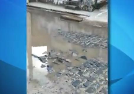 Moradores reclamam de alagamento e buracos de rua em Prazeres