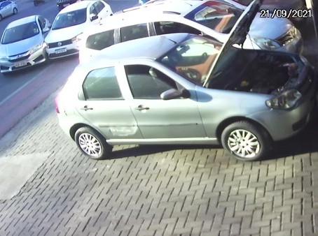 Dois carros colidem, um deles capota e atinge veículos estacionados em oficina