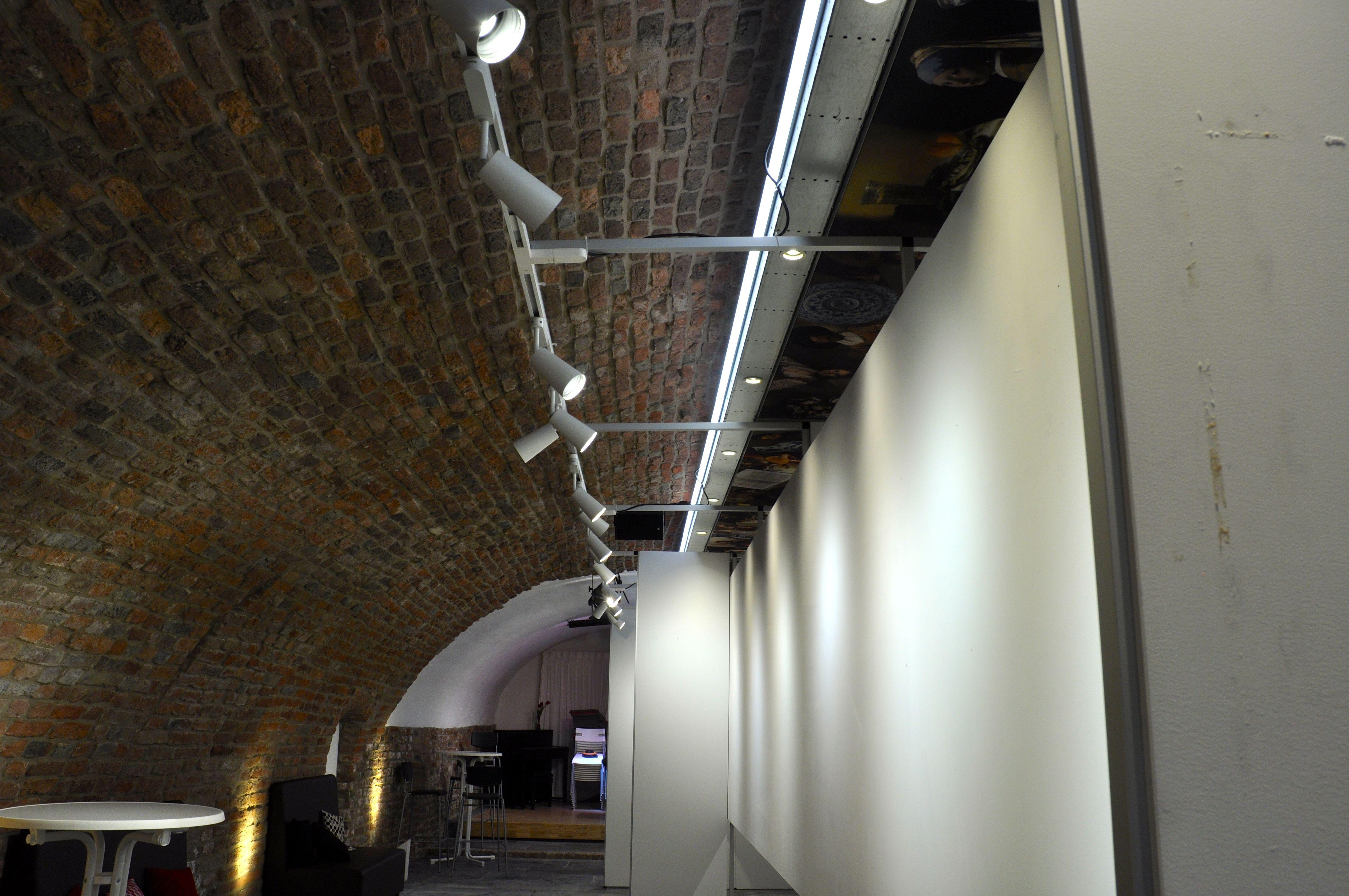 Witte Lely expositiewand 3.jpg