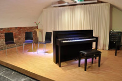 Witte Lely podium piano.jpg