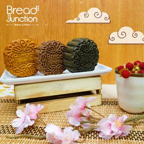 (Left) Yam Lotus Mooncake  香芋莲蓉月饼  (Middle) Charcoal Green Tea Mooncake 竹炭绿茶月饼  (Right) Lava Chocolate Mooncake 流芯巧克力月饼