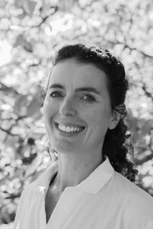 Portrait professionnel d'une naturopathe noir et blanc