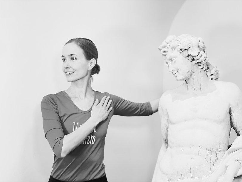 Kuvassa Susanna Aromaa klassisessa Method Putkisto Perhonen -venytyksessä
