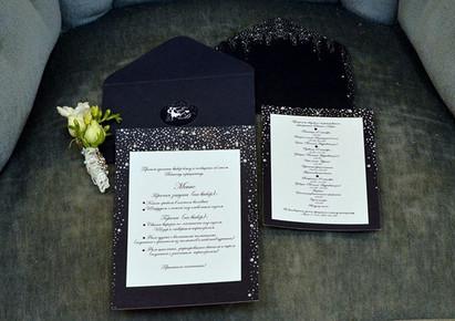 Черничного цвета конверты и приятная мягкая бумага с миллиардами звезд украсили номера гостей и свадебные столы.jpg