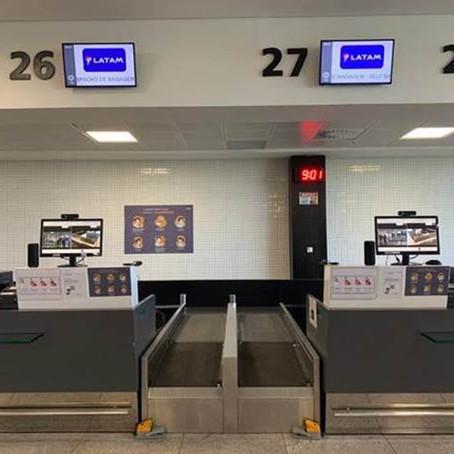 LATAM lança no aeroporto de Vitória atendimento remoto no check-in focado em prevenção contra a COVI