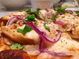 Pizza-Naan au poulet BBQ