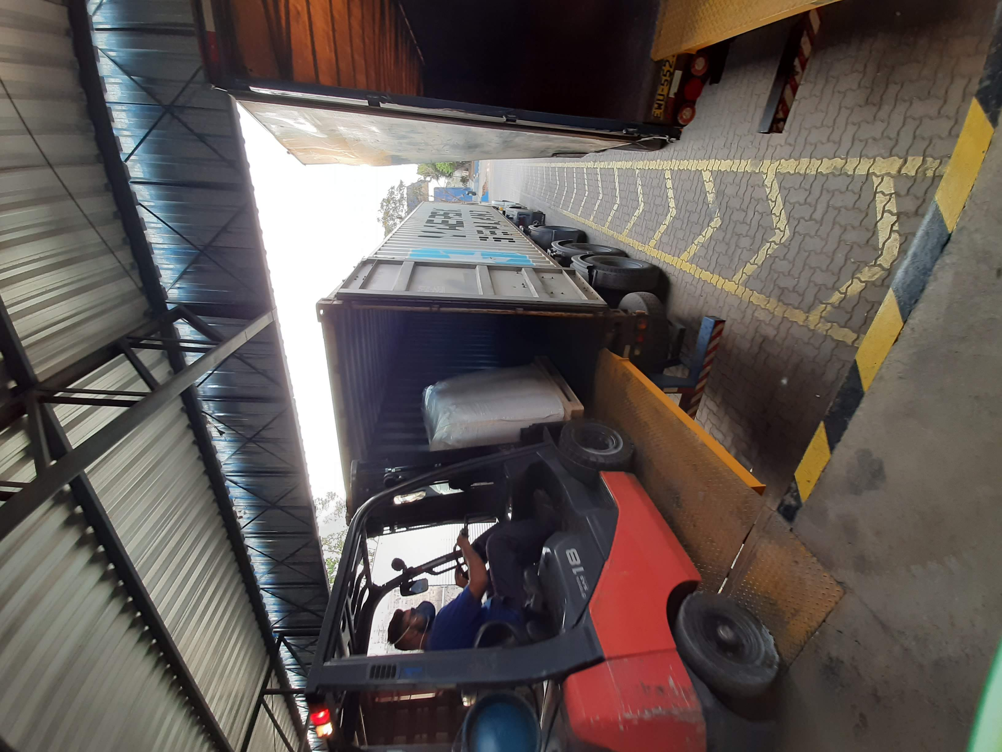 Stuffin and un-stuffing forklift
