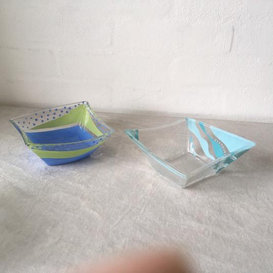 2 små skåle forskellige, ca 14 cm.