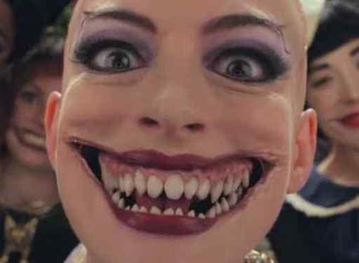Convenção das Bruxas | Nova foto aterrorizante de Anne Hathaway caracterizada de Grande Bruxa!