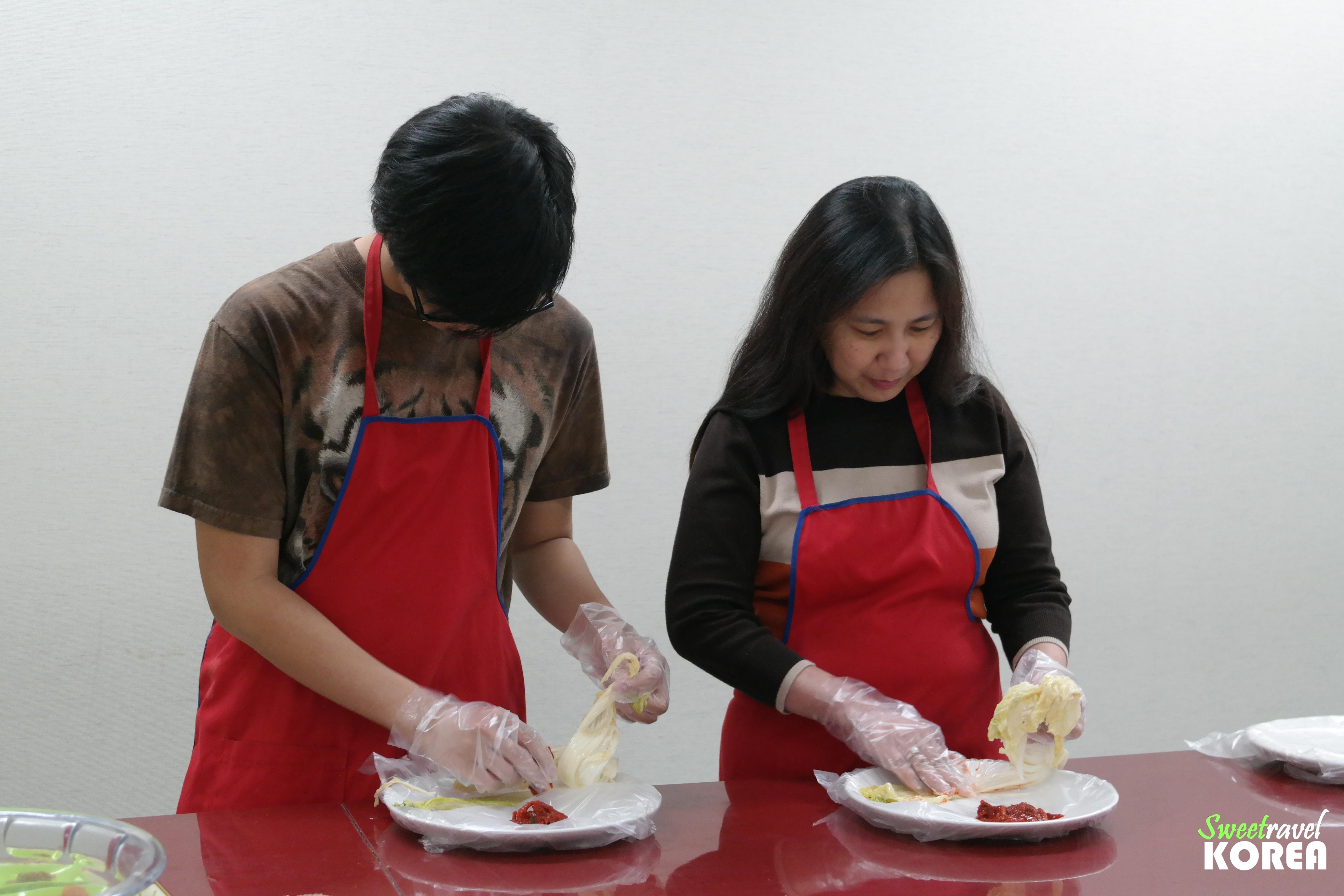 Korea-private-tour-kimchi-making2.JPG