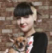 Mujer que sostiene un perro