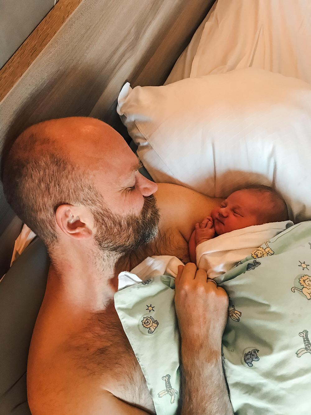 En stolt pappa holder sin nyfødte datter