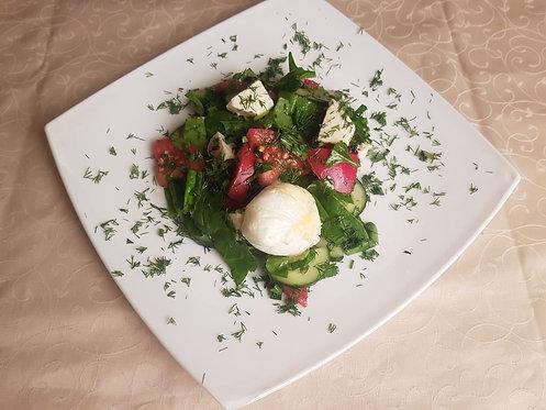 Салат с имеретинским сыром и яйцом пашот 180 гр