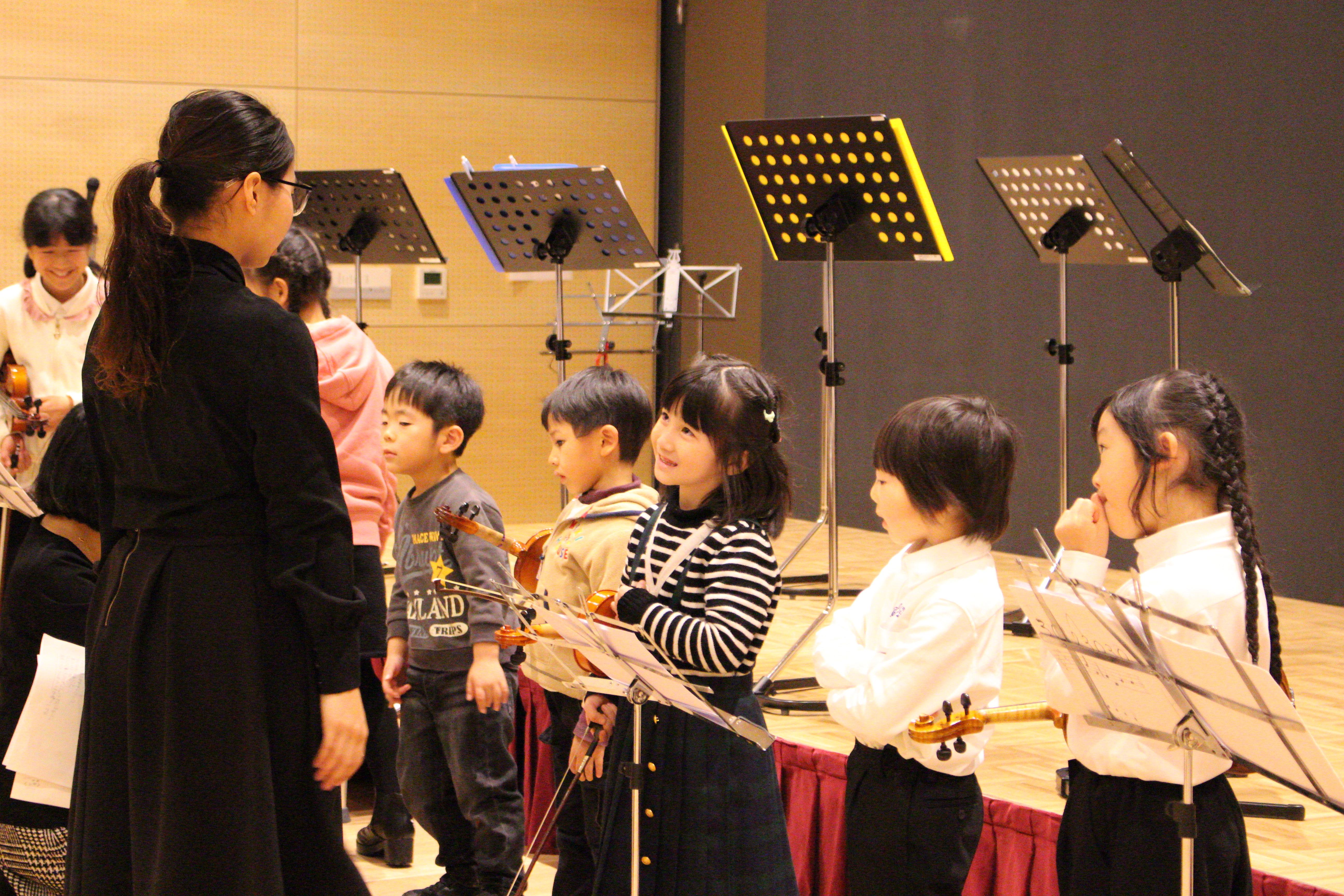 小さい子どもたち、楽器をはじめて間もない子どもたちのリハーサル
